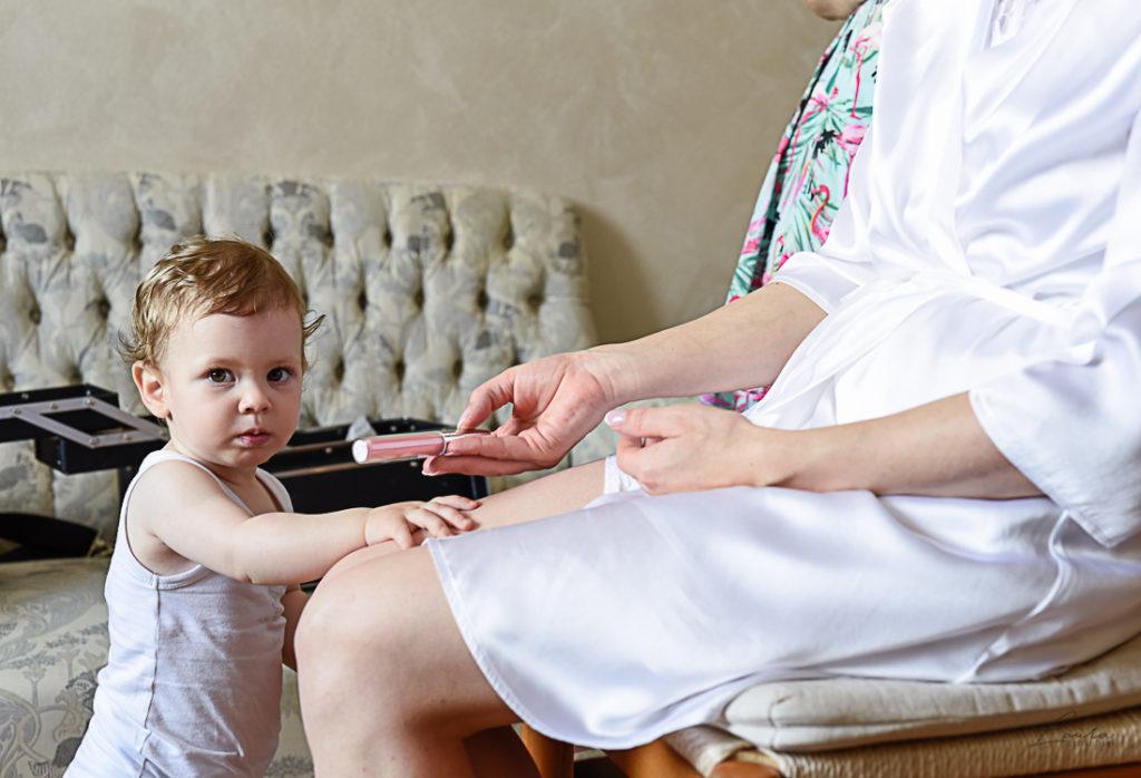 I preparativi della sposa insieme alla sua bambina
