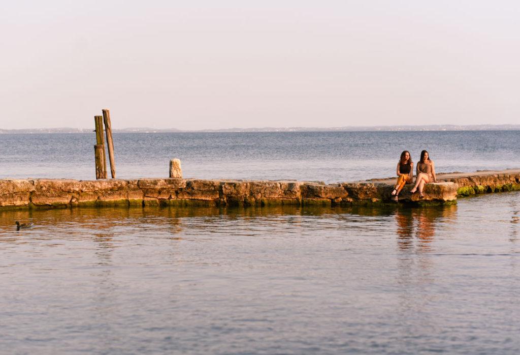 Ritratto fotografico di Martina ed Emma a Punta San Vigilio, Garda